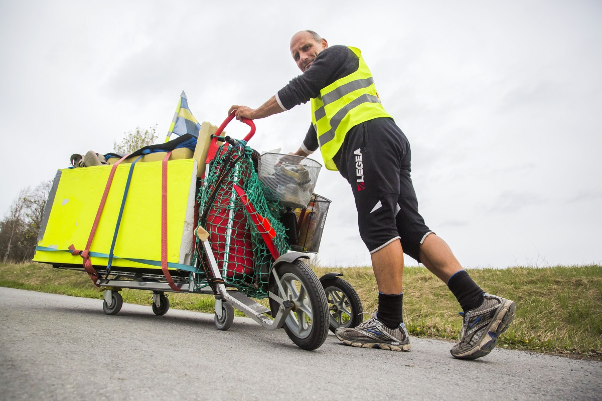 Hinz&Kunzt vendor Torsten Meiners pushed this hand-made cart 3000km across Sweden, and slept in it overnight. Photo: Stefan Nolervik