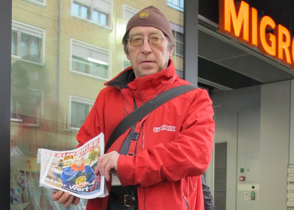 Andreas Hossmann selling Surprise in Basel. Photo: Amir Ali