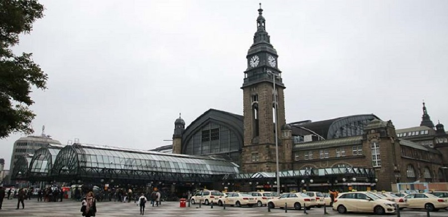 """Hamburg's Central Station is one of Europe's busiest. The comments made by Hamburg District Director Faiko Droßmann about his desire to clean the station up of """"people who exhibit disturbing behaviour"""" have caused anger and frustration. Photo: Benjamin Laufer"""