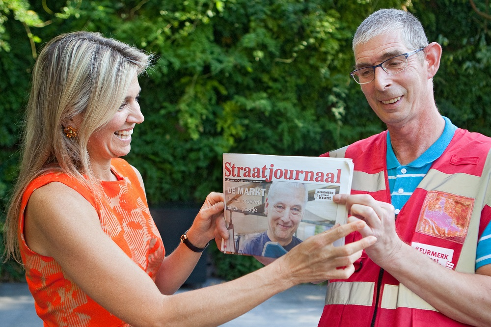 Queen Máxima of the Netherlands pictured with Straatjournaal vendor Evert van den Brink. Photo: Gwendelyn Luijk