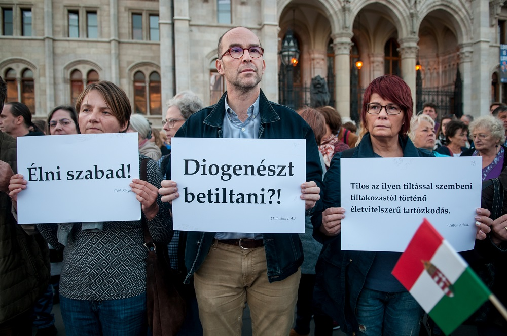 Egy mondat (One sentence) - Members of the oublic stand with homeless organisations and homeless people to protest the new anti-homelessness laws in Hungary (Credit: A Város Mindenkié)