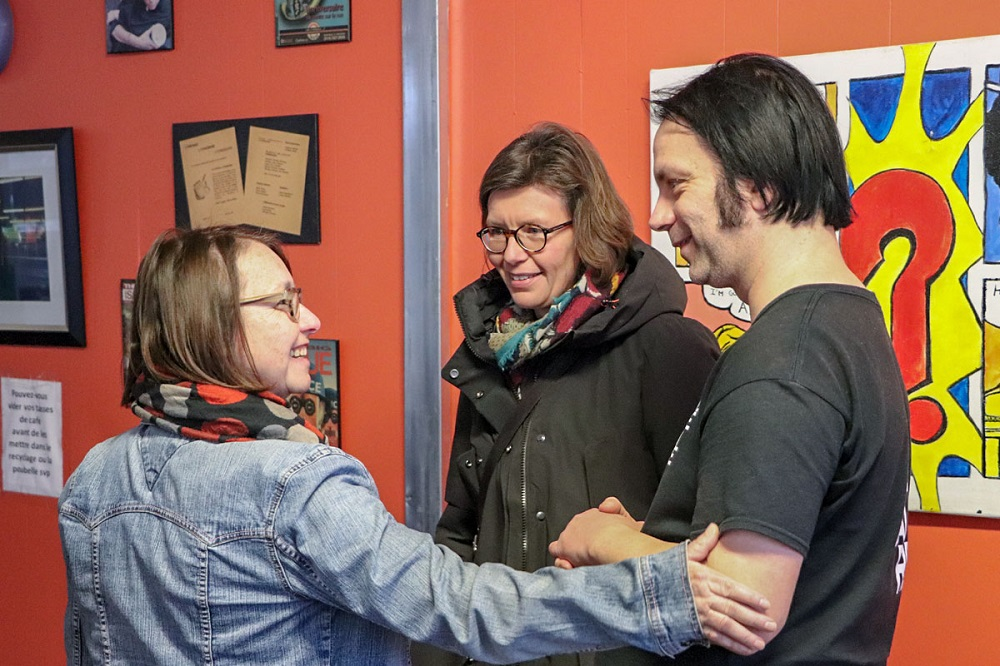 Anita (volunteer on the left), Jean-Claude (vendor) and a visitor . Credit: Alexandre Duguay.