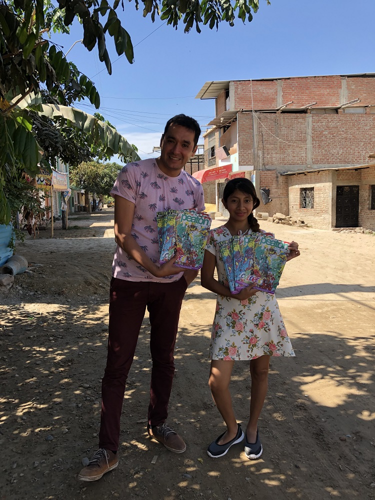 Jorge Ledesma and Mahira Vásquez with copies of the first edition of Peatón. [Courtesy of Jorge Ledesma / Peatón]
