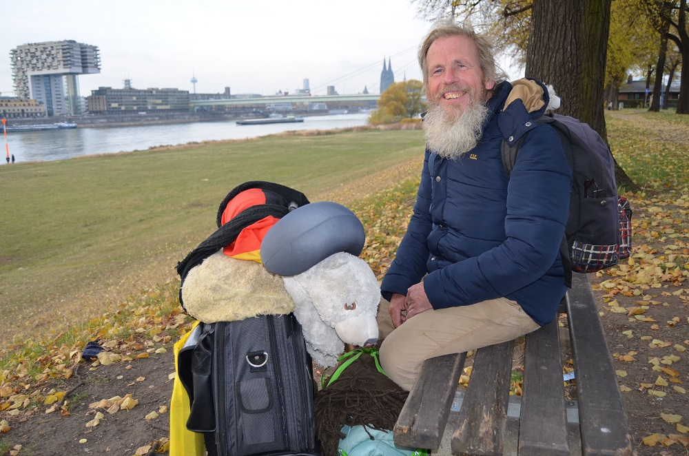 Lothar with his things next to a Draussenseiter editorial meeting outside the OASE building, a non-profit and charitable association for homeless people. Photo: Marie Breer