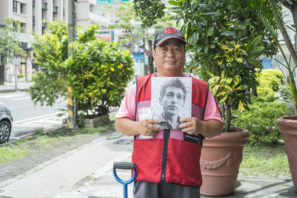 Big Issue Taiwan vendor Jin-feng Shiu at Kaohsiung Mecical University. [Courtesy of The Big Issue Taiwan]